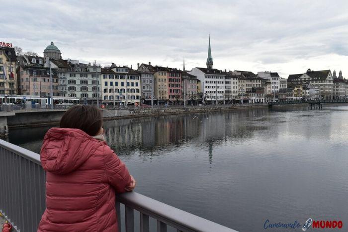 Cruzando el Río Limago en Zurich