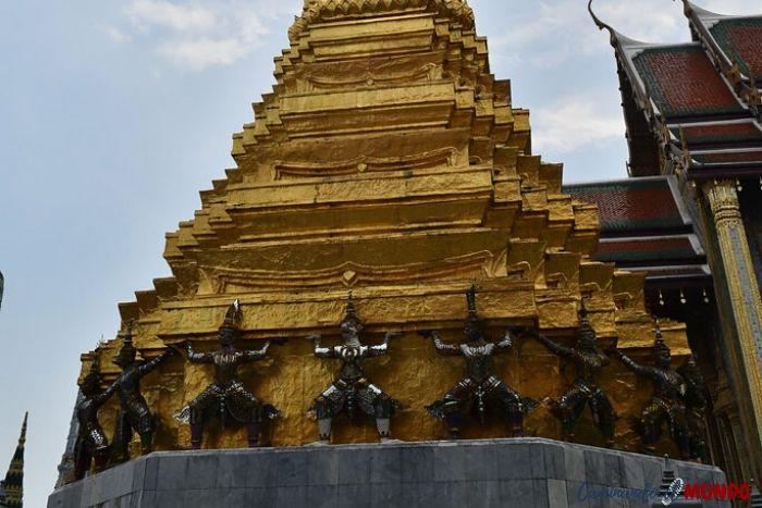 Guerreros sosteniendo la estupa en el Gran Palacio