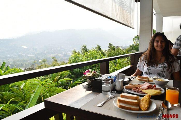 Desayunando con vista a las montañas