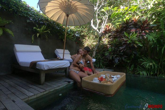 Desayuno flotante en nuestra villa de Ubud