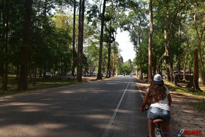 Recorrer los templos de Angkor Wat en bicicleta