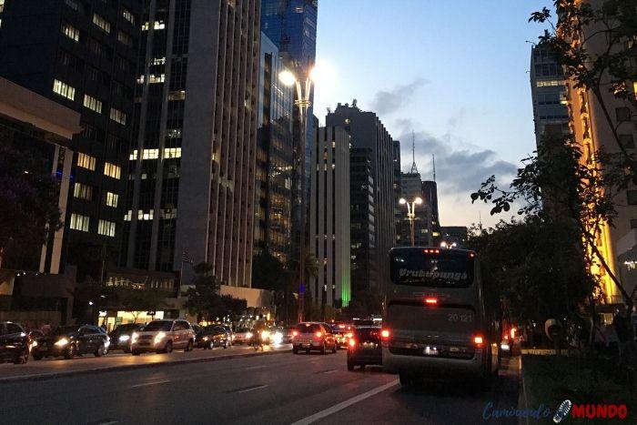Avenida Paulista de noche en San Pablo