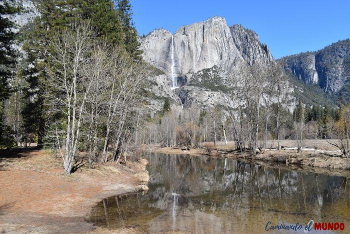 La cascada reflejada en el lago de Yosemite
