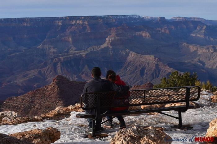 Sentados viendo el Gran Cañón en invierno