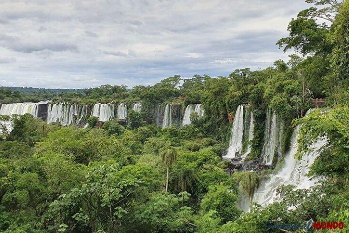Vista frontal en el paseo superior del parque iguazú al visitar las cataratas