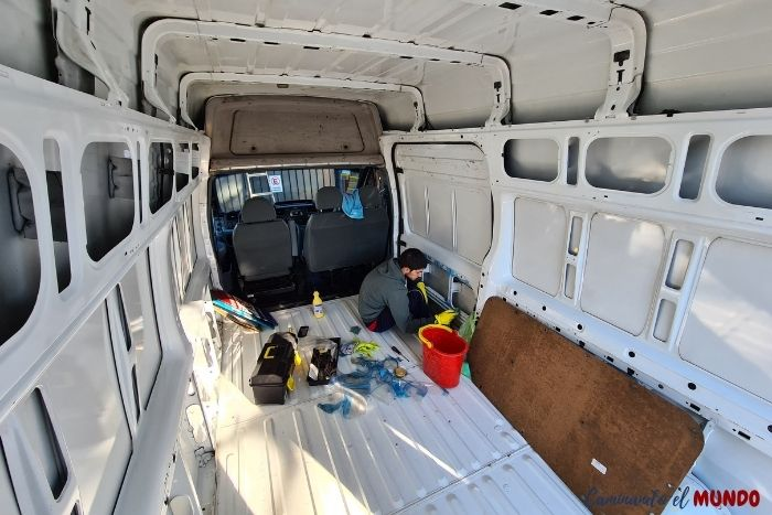 Limpiando a fondo la camioneta